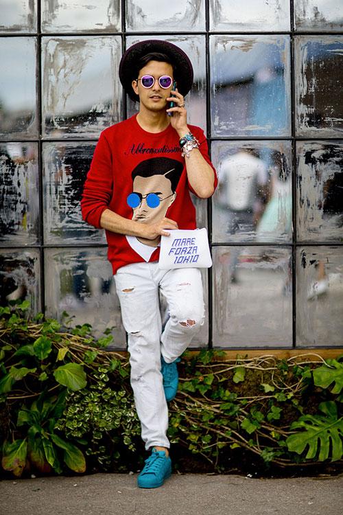 赤グラフィックセーター×ホワイトデニム×adidasスーパーカラーターコイズ