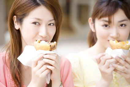 クレープを食べる女性